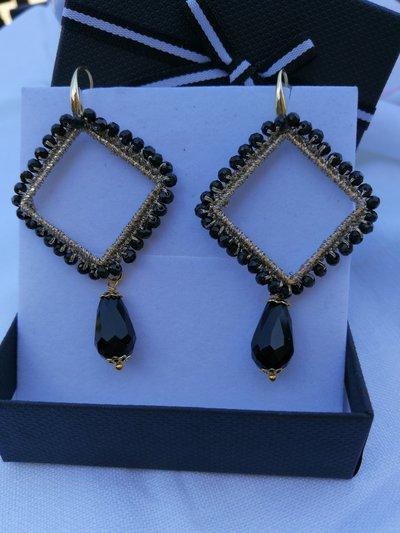 Orecchini uncinetto a forma di rombo neri e oro. scatola inclusa