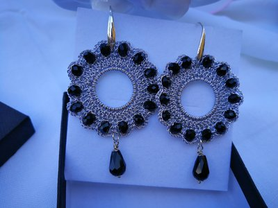 Orecchini tondi color argento con cristalli neri. scatola compresa
