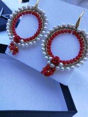 orecchini tondi con cristalli rossi, corallini e perle di majorca. scatola inclusa.
