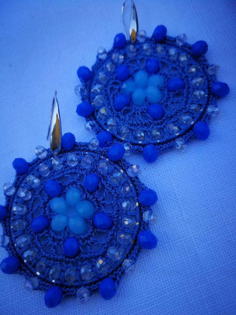 orecchini celesti con cristalli celesti e trasparenti. scatola inclusa