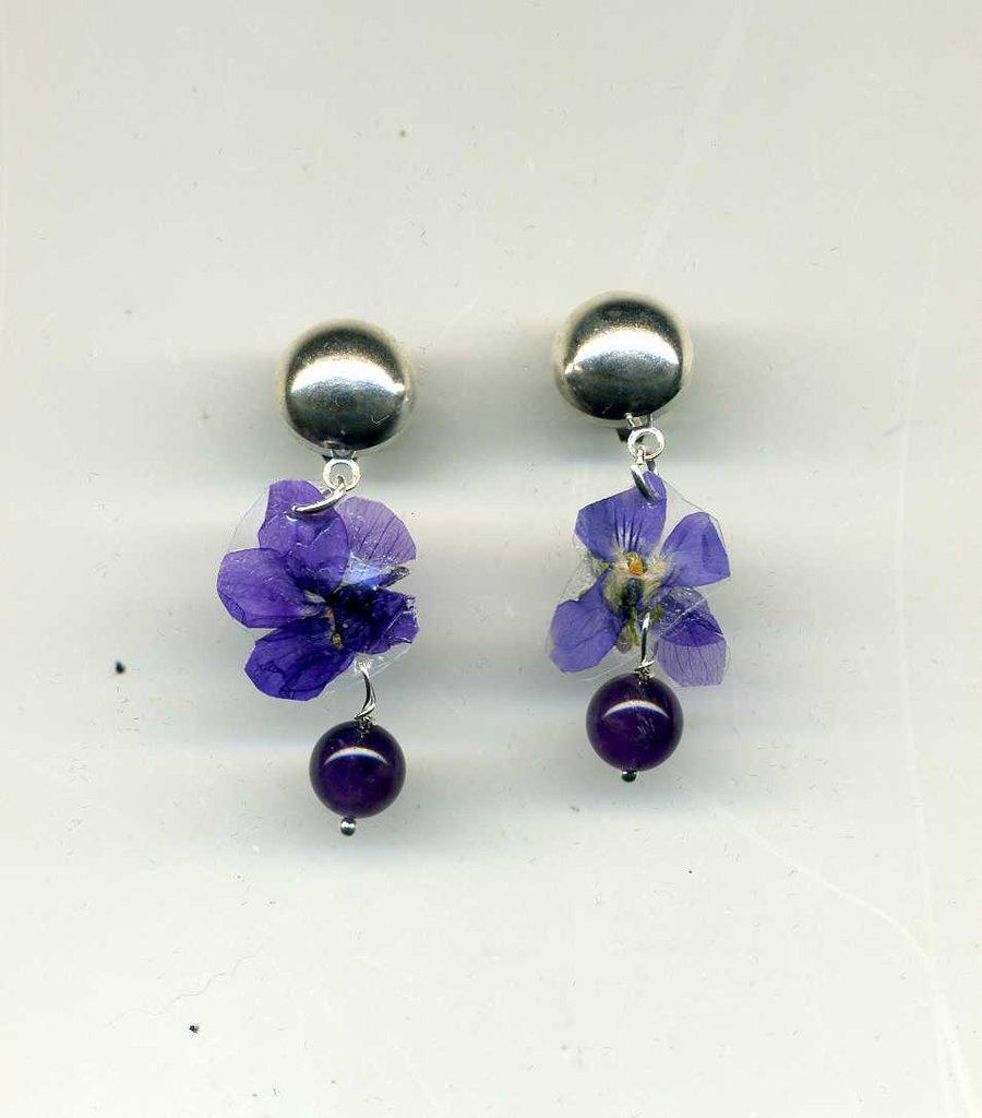 Orecchini pendenti corti con violetta vera essiccata e plastificata e ametista scura