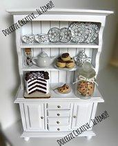 Vetrinetta in miniatura -credenza .mobile - Casa delle bambole- 1:12 torta al cioccolato - barattolo cookie biscotti - profiterole, bignè, teiera.
