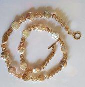 Collana con perle di fiume e vetro cracklè che sanno di luce e primavera.
