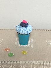 Vaso di latta con cactus a palla, cactus di pannolenci blu e azzurro