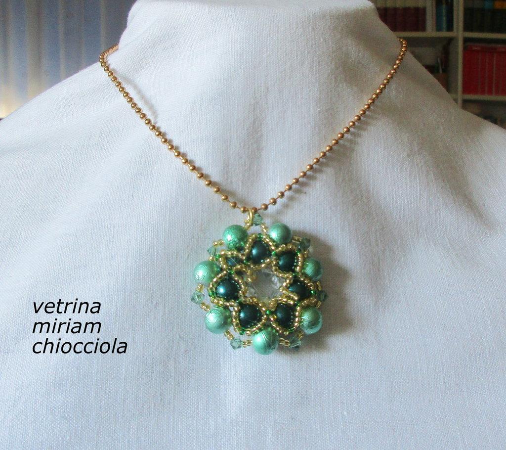 Girocollo con ciondolo fatto a mano con perle e perline