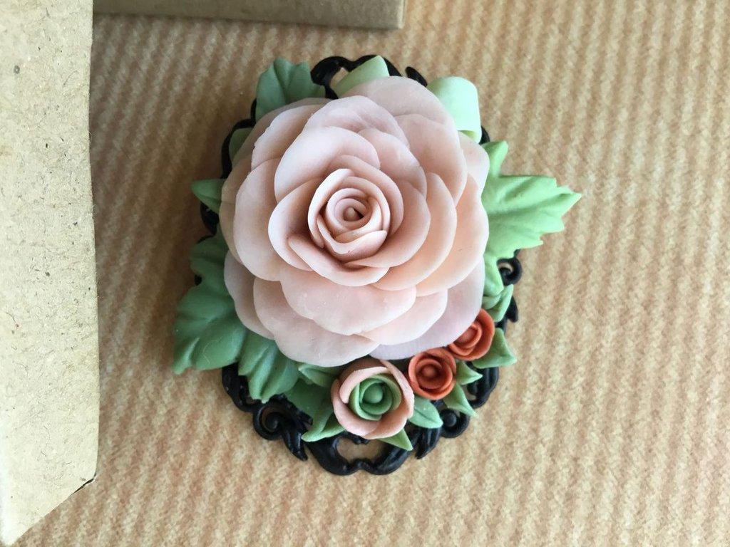 Spilla con rosa in pasta di mais (porcellana fredda)