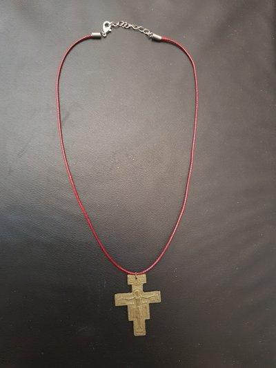 Collana con ciondolo in ottone a forma di croce.