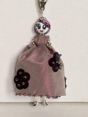 Collana dolls di ceramica dipinta a mano, collana con bambolina con vestito ricamato a mano