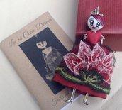 Collana dolls con vestito di tulle ricamato a mano, collana bambolina di ceramica dipinta