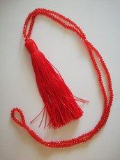 Collana lunga con nappina e cristalli rossi