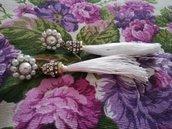 Orecchini lunghi con nappina bianca e perline