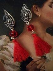 Orecchini pendenti con goccia e nappina rossa