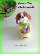 Decorazioni Pasqua cavalier king charles spaniel con uova di pasqua personalizzato con il nome sul cestino, regalo pasqua per spaniel