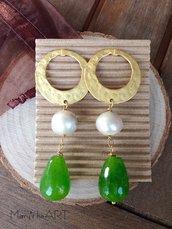 Orecchini pendenti con perno in zama, perle e pietre dure a goccia.