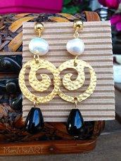 Orecchini pendenti con zama, argento perle e pietre dure nere a goccia