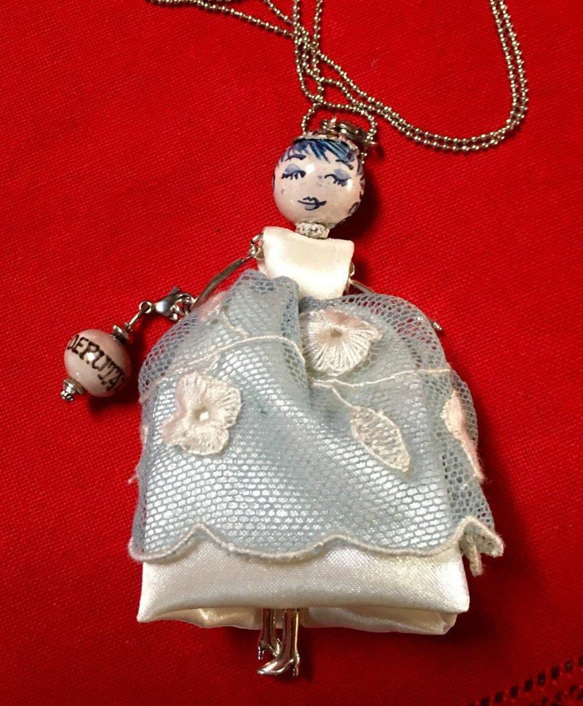 Collana dolls con vestito di seta e tulle azzurro, ciondolo bambolina di ceramica dipinta