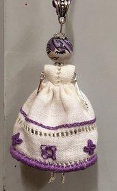 Ciondolo dolls con vestito di lino ricamato a mano in Viola, ciondolo bambolina