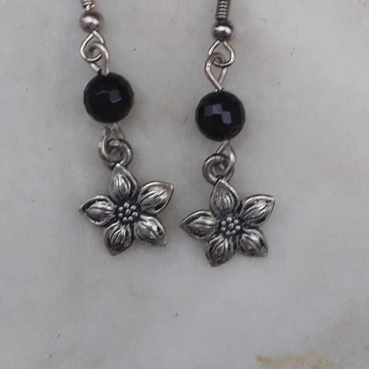Orecchini in onice nera e fiore in argento