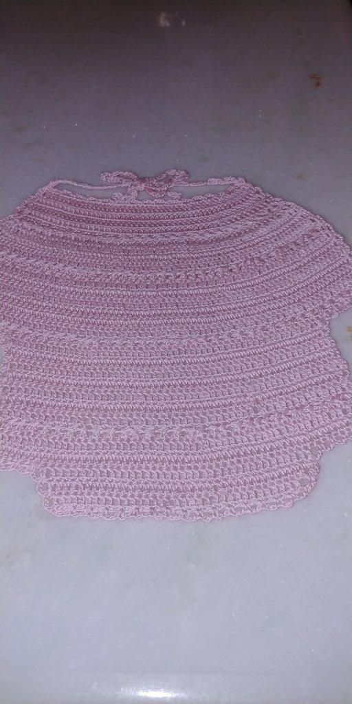 Bavaglino da neonata realizzato a uncinetto con filo di scozia rosa con disegno a forma di vestitino