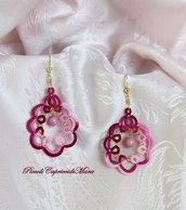 Orecchini rosa ed amaranto al chiacchierino, perline dorate, perle rosa in vetro di Boemia