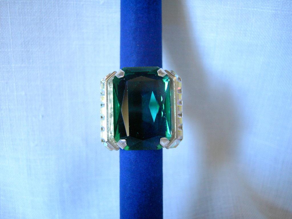 Anello cabochon verde/fucsia