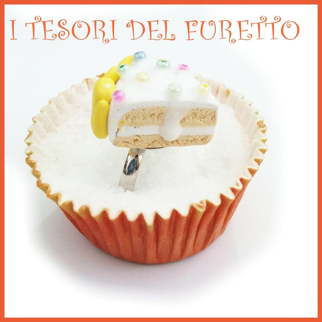 """Anello Torta  """" Happy birthday codette tonde  """" fetta torta panna compleanno regolabile fimo cernit kawaii miniatura cibo idea regalo pasticceria primavera estate Natale compleanno"""