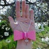 Collana con fiocco rosa e charms