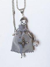 Collana con ciondolo bambolina vestito seta grigio con swaroski, collana dolls