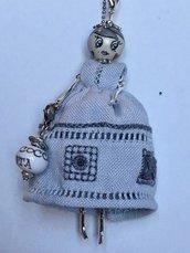 Collana dolls con vestito di lino grigio, collana con ciondolo ricamato a mano, collana con bambolina
