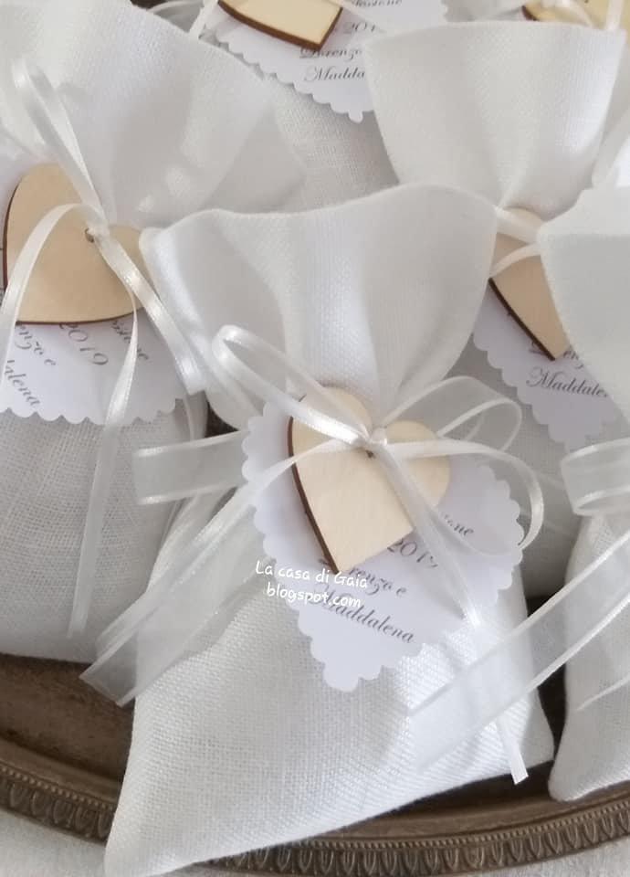 Bomboniere in lino bianco con cuore di legno,sacchettino bomboniera personalizzabile,matrimonio,cresima,comunione,battesimo