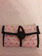 Bustina rosa con bottone nero