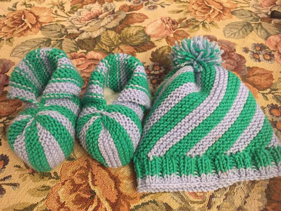 Scarpette e il beretto del neonato da 0 al 6 mesi fatto ai ferri di 100% lana Merino irrestringibile bicolore: