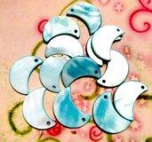 22 pz ciondoli ciondolo CHARM mezza luna madreperla azzurro - 2,2 cm