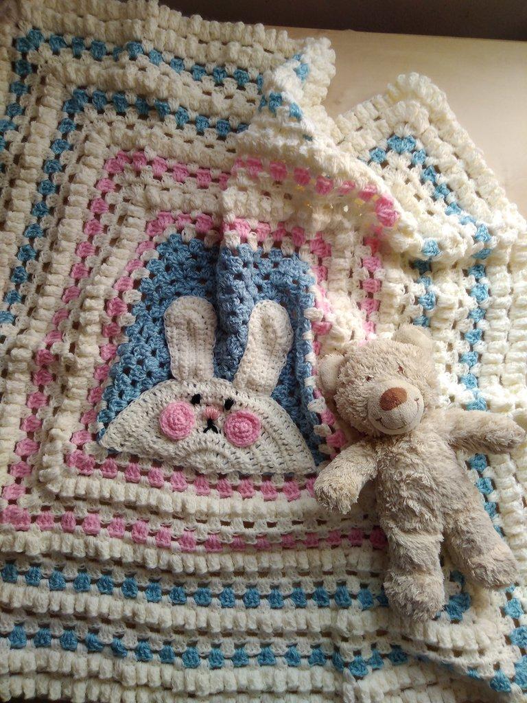 Copertina a uncinetto ricamata  in lana rosa celeste  regalo nascita battesimo coperta lavorata a mano