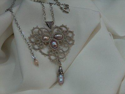 Ciondolo in pizzo chiacchierino color argento con perle di fiume fatto a mano in Firenze