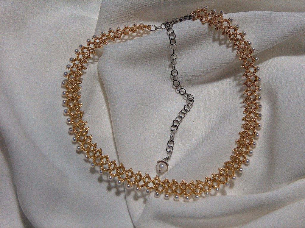 Collana girocollo in pizzo chiacchierino color oro giallo con perle di maiorca fatto a mano in Firenze