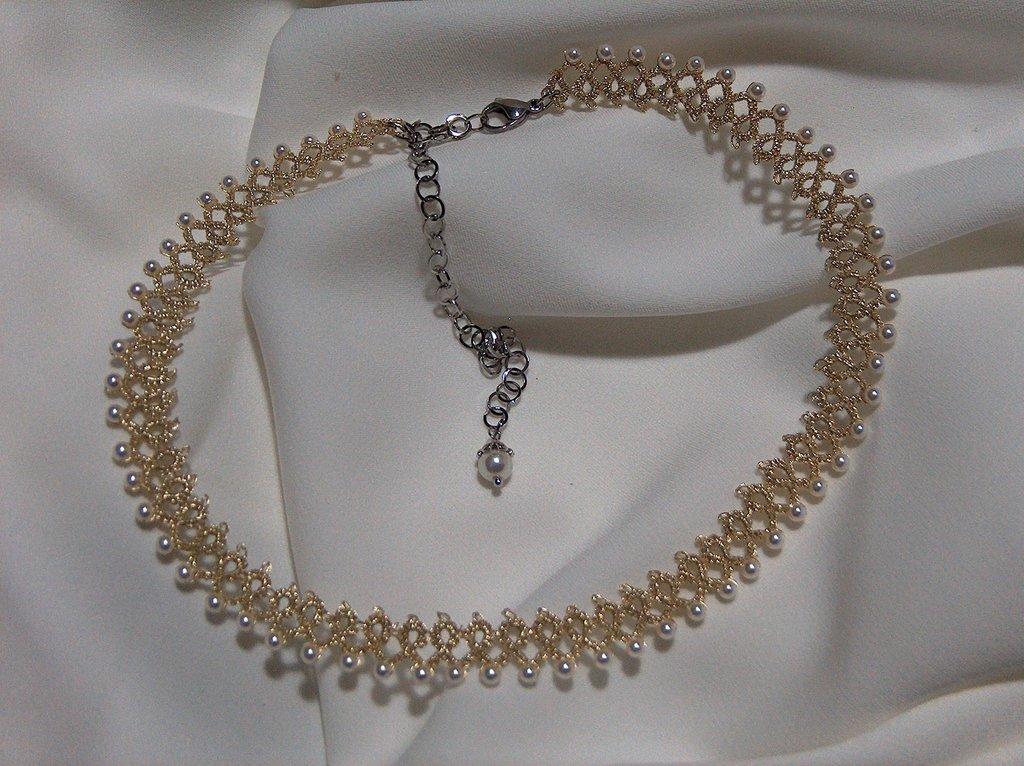 Collana girocollo in pizzo chiacchierino color oro chiaro con perle di maiorca fatto a mano in Firenze