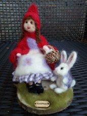 Cappuccetto Rosso, lana cardata infeltrita ad ago