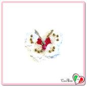 Farfalla bianca e rossa all'uncinetto