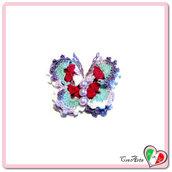 Farfalla lilla acquamarina e rossa all'uncinetto