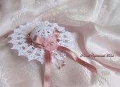 Cappellino all'uncinetto, nastro in raso, perle Swarovski, perline argentate