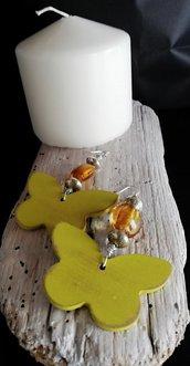 Orecchini pendenti con farfalla in legno, perle color argento e ambra e fatti a mano -Happy summer-