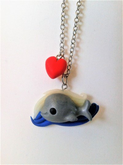 Balena in fimo, collana con ciondolo con onde e cuoricino