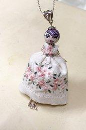 Collana con bambolina di ceramica vestito di lino ricamato a mano, Fiorello in rosa