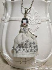 Collana dolls in grigio, ciondolo bambolina con vestito di lino grigio ricamato a mano