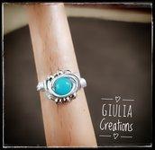 anello con pietra di vetro azzurra incastonata