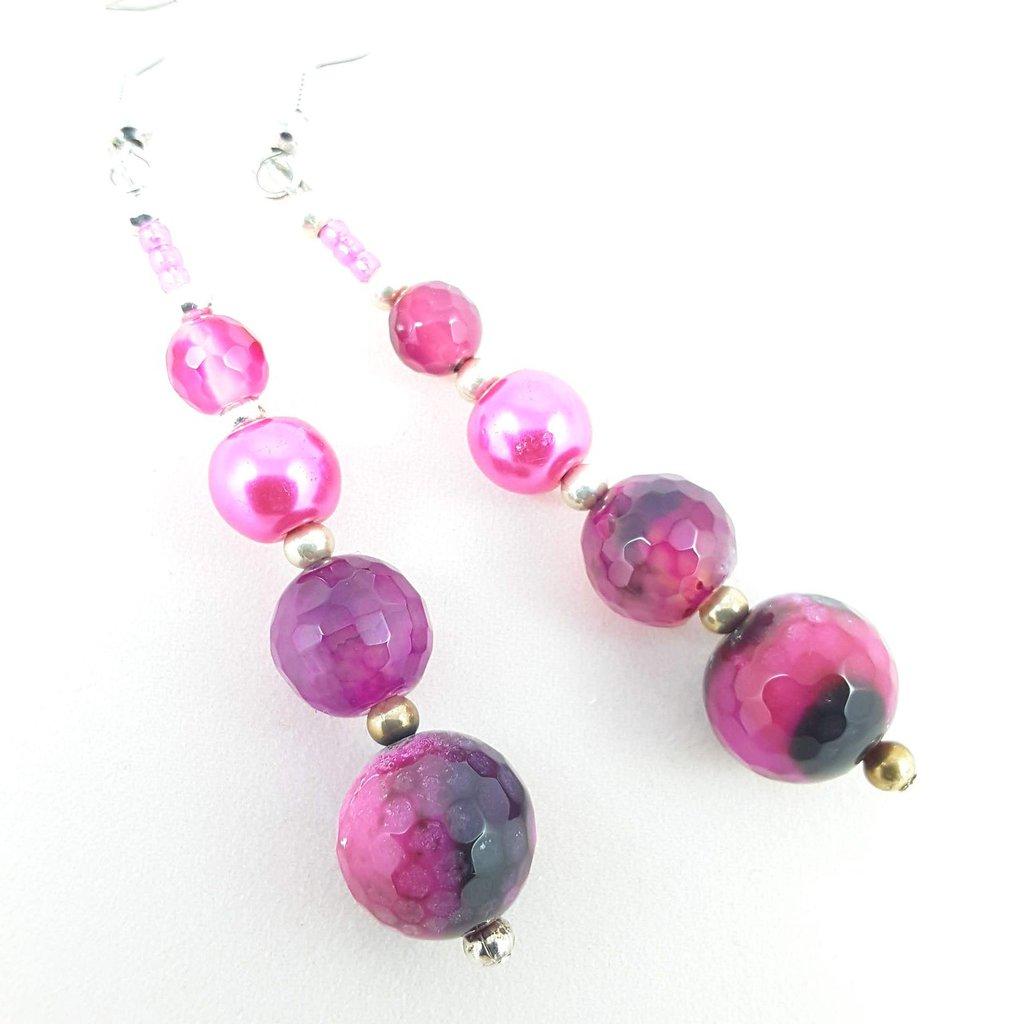 Orecchini fucsia pendenti con agata, perle e perline, prezzo unico, ooak, modello originale, idea regalo, compleanno, festa della mamma.