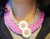 Collana girocollo ad uncinetto in fettuccia di cotone tortora e rosa con botti centrali decorativi