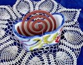 Contenitore per zampirone, manufato di ceramica dipinto con motivi astratti con colori vivaci