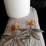 Orecchini pendenti color argento con libellule e perle color ambra fatti a mano - Happy Summer -